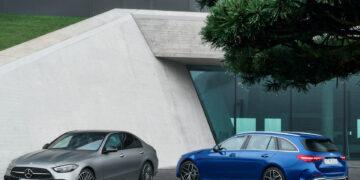 Mercedes-Benz C-Klasse T-Modell, 2021, Spektralblau, Leder zweifarbig Nevagrau/Schwarz und Mercedes-Benz C-Klasse, 2021, Selenitgrau magno, Leder zweifarbig Sienabraun/Schwarz   Mercedes-Benz C-Class Estate, 2021, spectral blue, neva grey/black leather, and Mercedes-Benz C-Class, 2021, selenite grey magno, siena brown/black leather